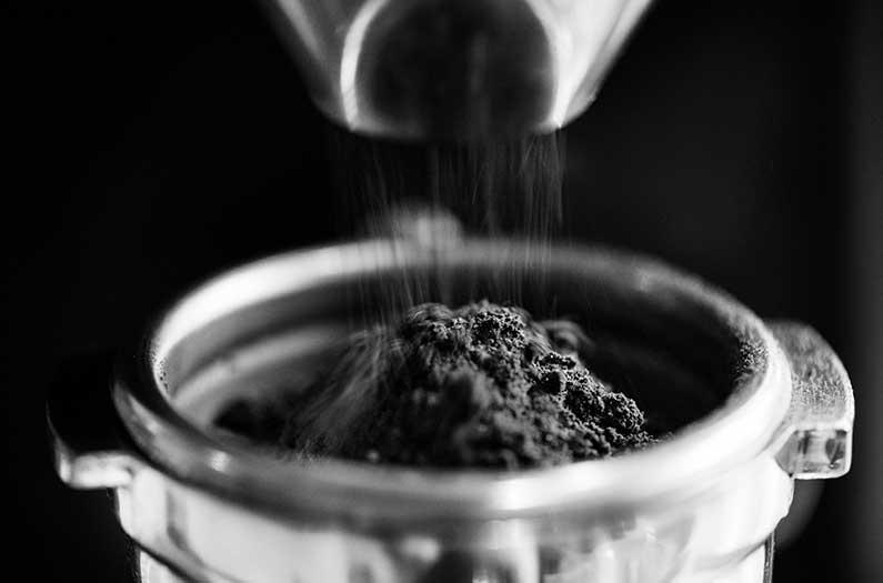 Los investigadores convierten el café molido en plástico biodegradable